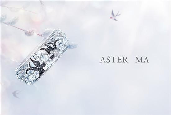 ASTER MA高级珠宝定制「自然恩赐」系列手环 ASTER MA高级珠宝定制从2015年开始推出「自然恩赐」系列手环,传达高级珠宝设计师 ASTER MA对大自然以及自然界里所有生命的爱。 高级珠宝设计师 ASTER MA喜欢旅行,喜欢亲近大自然。走过了千山万水,ASTER MA发现我们与其他所有生命一样都是大自然里的一员,并无二致。真挚情感的流露是对生命最崇高的敬意。 此系列的手环在设计和创作过程中,每一只手环平均都耗时12-18个月不等,在经过不断的漫长的修改和调试过程才最终的到现在呈现出的这每一只