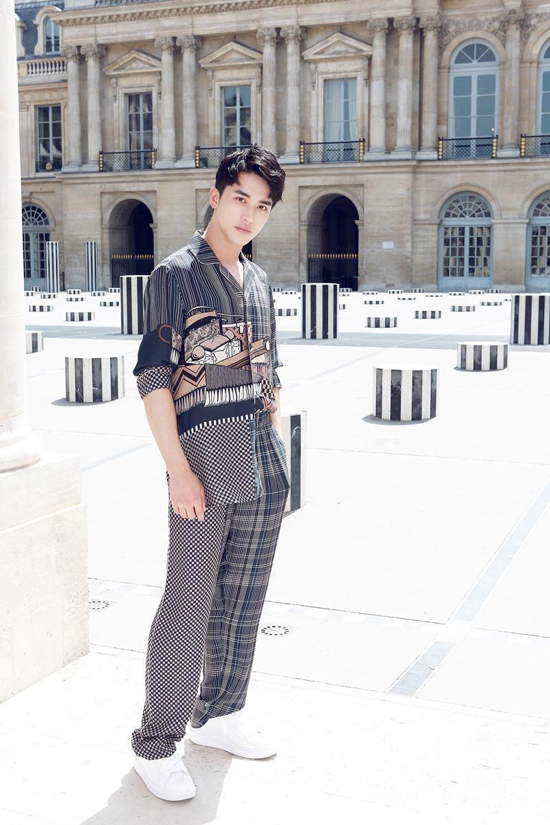 许魏洲三度受邀巴黎看秀  亮相路易威登2018春夏男装秀场