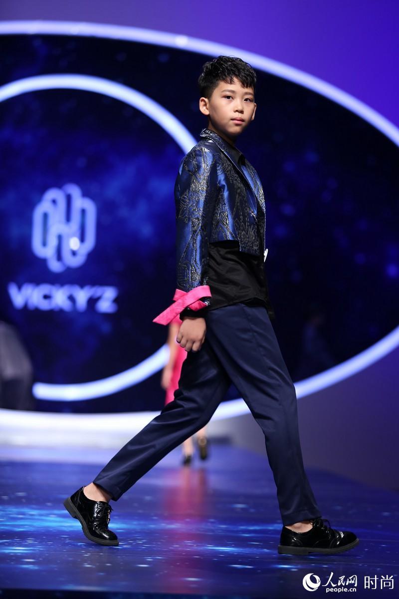 """国际少儿模特大赛颁奖礼""""小超模""""T台范儿十足"""