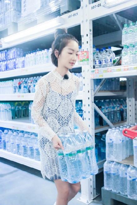 周冬雨《中餐厅》示范清新度假风 看看她到底有多时髦 【5】
