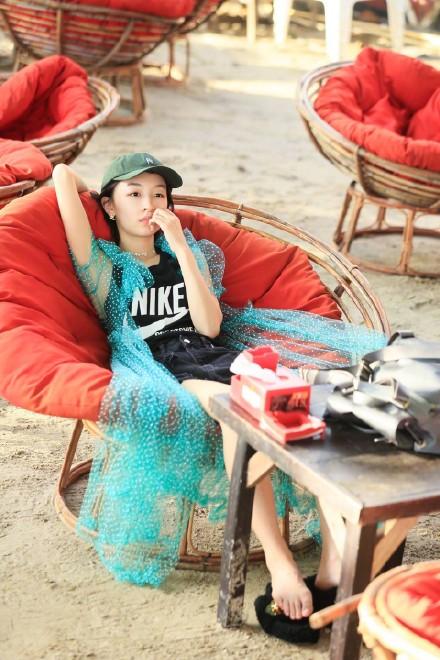周冬雨《中餐厅》示范清新度假风 看看她到底有多时髦