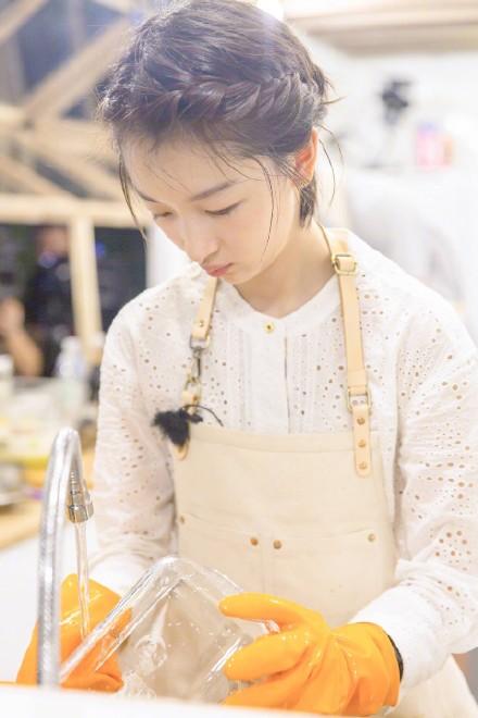 周冬雨《中餐厅》示范清新度假风 看看她到底有多时髦 【9】