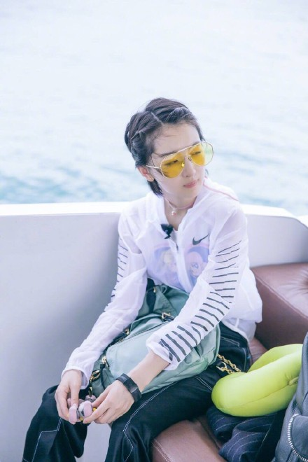 周冬雨《中餐厅》示范清新度假风 看看她到底有多时髦 【7】