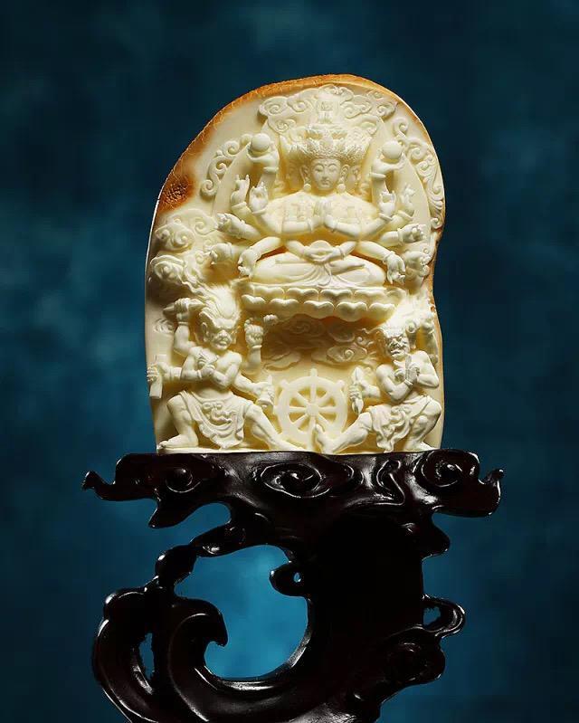 由中国珠宝玉石首饰行业协会琥珀分会主办,腾冲市琥珀协会、深圳市松岗琥珀交易市场有限公司协办的2017年匠心杯琥珀雕刻设计大赛于9月21日在腾冲揭晓。 本次赛事作品征集历时半年,共有326件作品报名参赛,经过初评筛选,共有142件套作品入围,9月20日,2017年匠心杯琥珀雕刻设计大赛完成了最终评选工作。经过评委公平、公正的评选,最终选出金奖7件,银奖10件,铜奖13件,最佳创意奖4件,最佳工艺奖3件,优秀作品奖105件。同时,参加2017年天工奖的琥珀类入围作品也将此期间产生。  评委组对入围