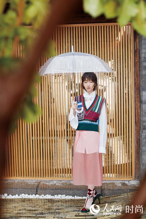 周冬雨登杂志银十封面 时装混搭新高度【4】