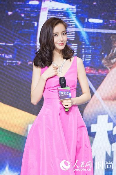 Angelababy现身西安大方甜笑 粉色礼裙美爆了