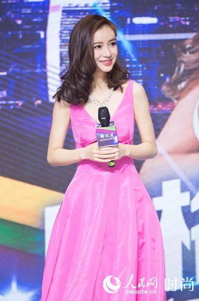 Angelababy现身西安大方甜笑 粉色礼裙美爆了【3】
