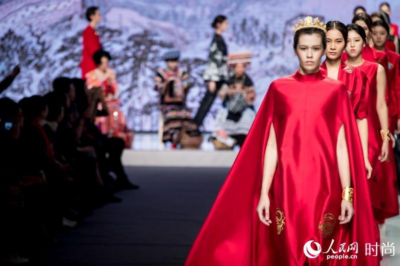 少数民族绣娘亮相中国国际时装周 中国传统手工之美惊艳全场