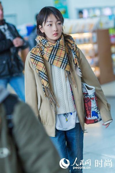 周冬雨现身首都机场 知性英伦风难掩少女灵气