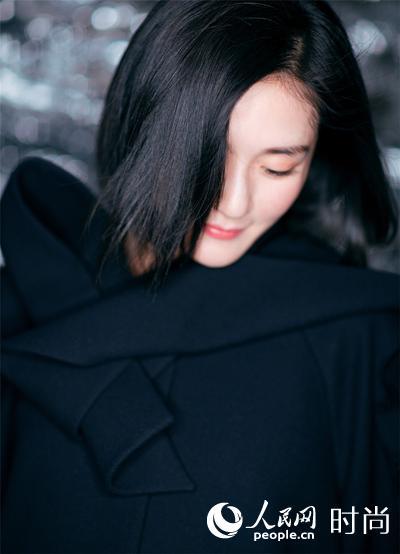 谢娜黑色大衣搭配长裙优雅亮相