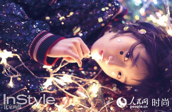 周冬雨登时尚杂志封面 缤纷圣诞化身精灵【2】