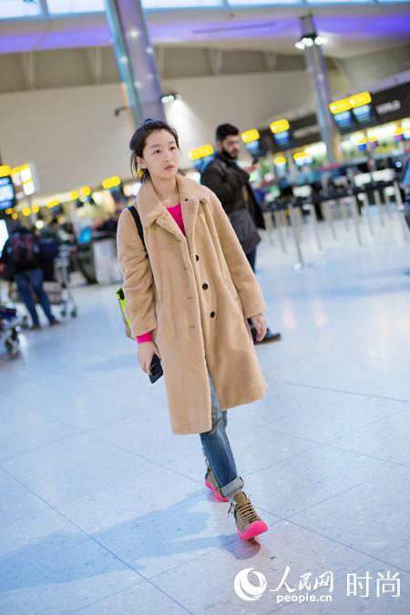 周冬雨现身机场 穿搭有道新年添亮彩