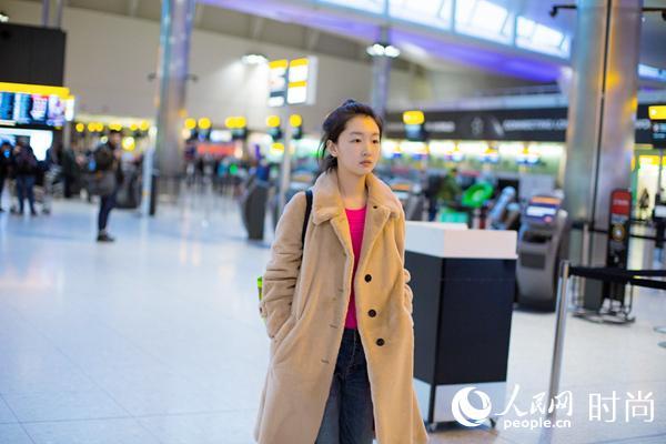 周冬雨现身机场 穿搭有道新年添亮彩【2】