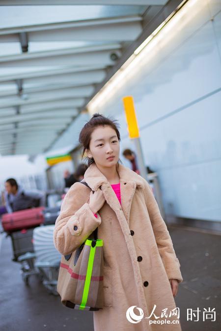 周冬雨现身机场 穿搭有道新年添亮彩【6】