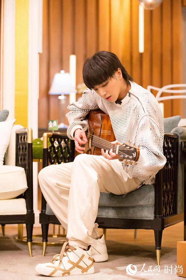 华晨宇穿着2018春夏Ermenegildo Zegna Couture系列录制湖南卫视歌手2018