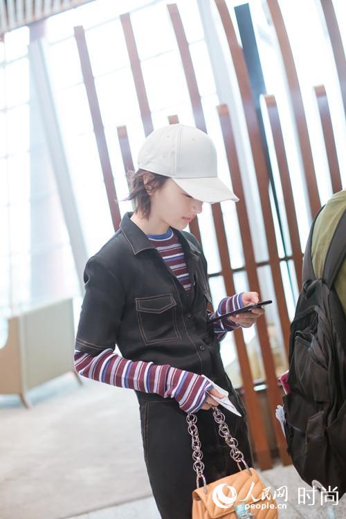 周冬雨现身首都机场 造型这么大胆又时髦也只有她了!