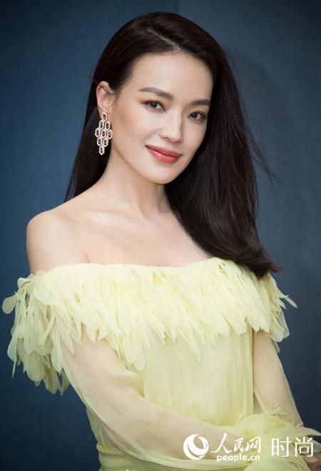 舒淇身着黄色薄纱连衣裙现身北京电影节小露香肩优雅迷人
