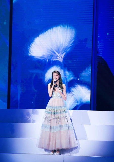 关晓彤献唱第八届北京国际电影节闭幕式颁奖盛典搭配细节获赞