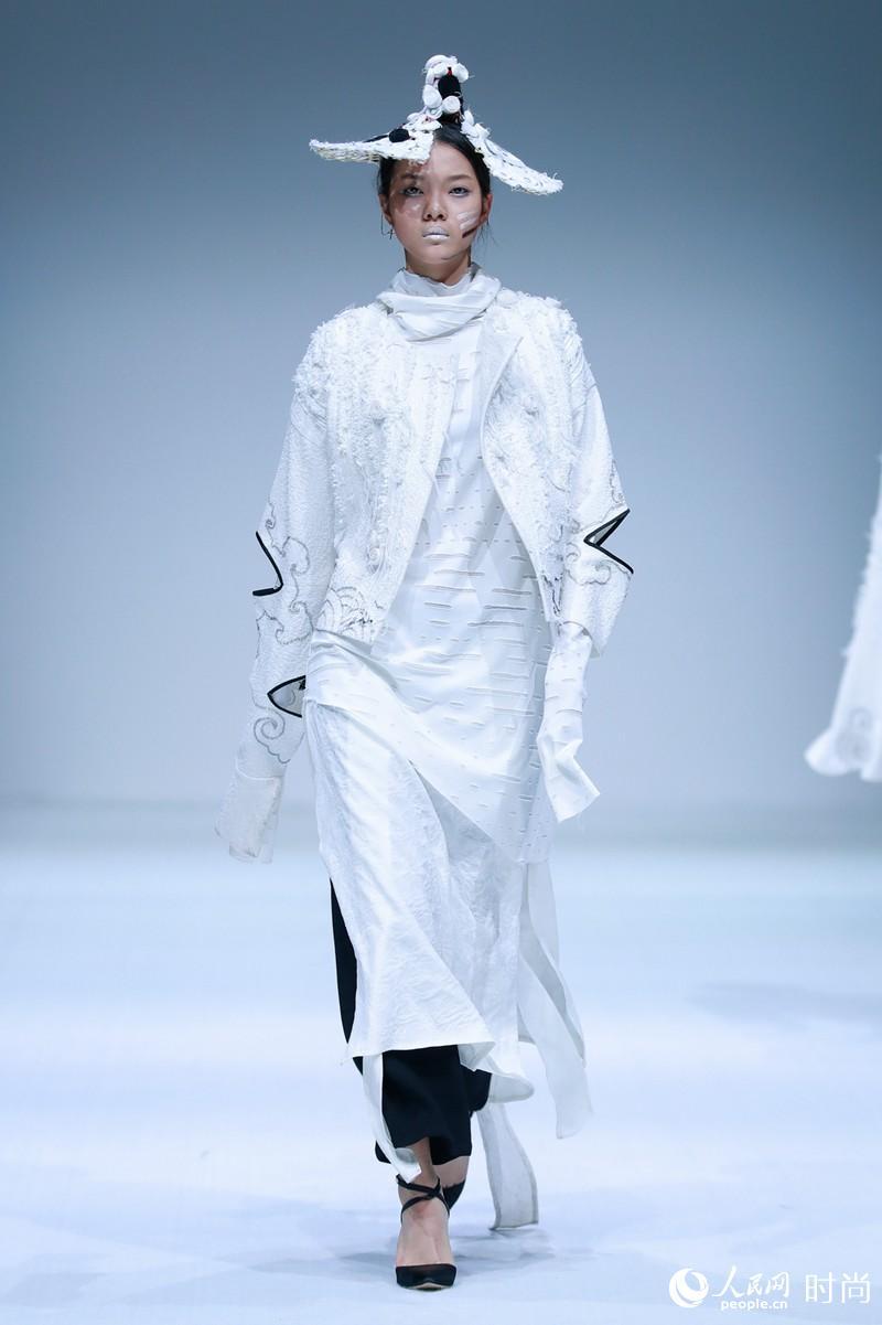 服装设计专业大学_东北电力大学服装与服饰设计专业2018毕业生作品发布--时尚--人民网