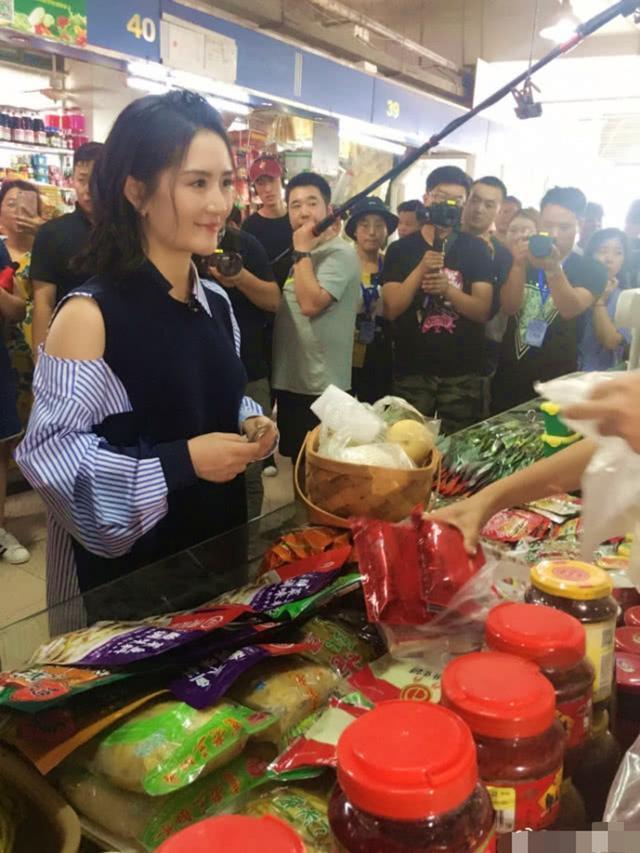 辣妈谢娜录节目现身菜市场 依旧少女感十足