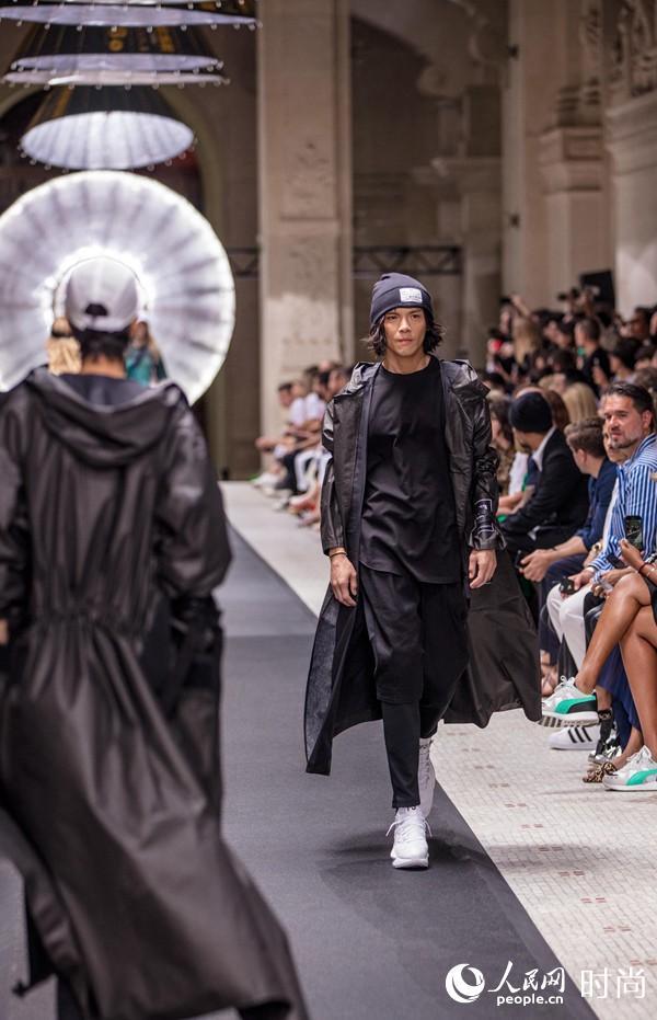向佐登巴黎时装周Adidas Y-3 T台 四天五套造型风格百变