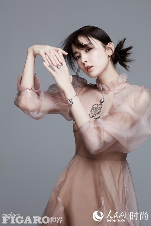 娜扎再登时尚杂志封面 鸢尾花精灵飘逸灵动