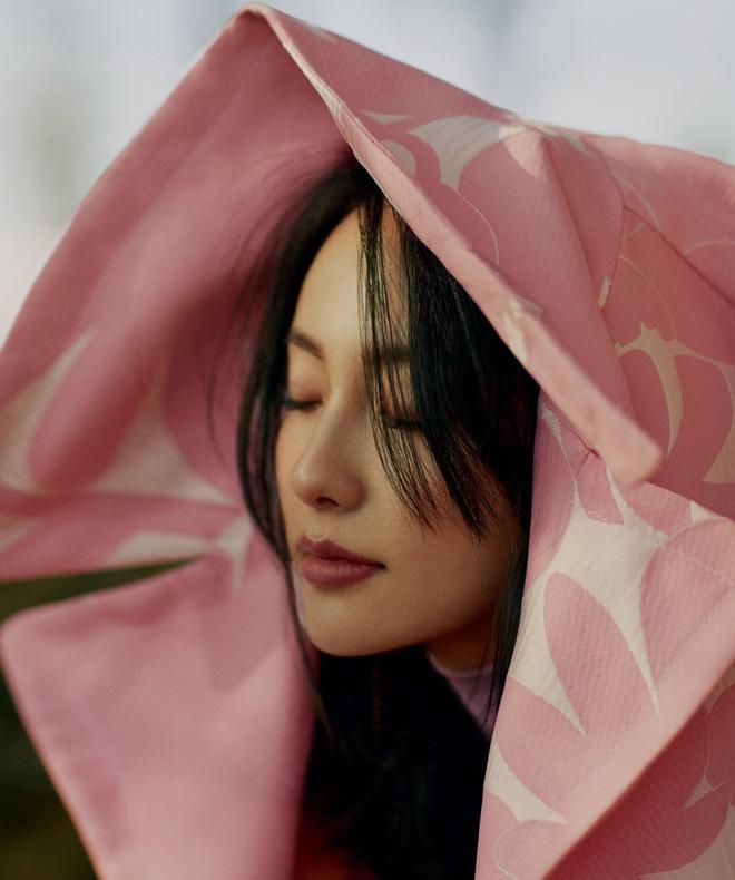 """张嘉倪大片尽显高级美感 诠释""""多面""""魅力 近日,演员张嘉倪登某杂志2019年新年首封,照片中,张嘉倪身着多种风格服装,无论是随意的时装还是帅气的西装,都尽显高级美感。"""