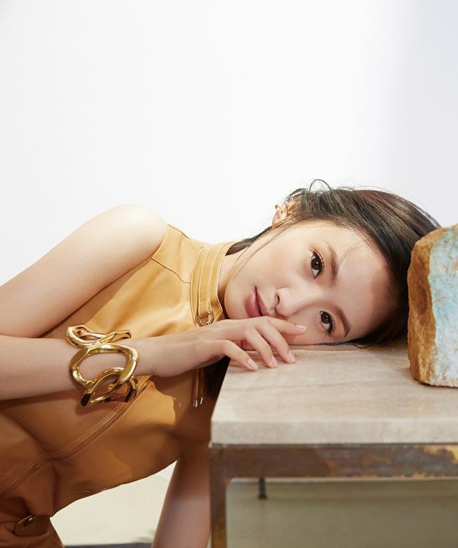 林依晨封面大片曝光 演绎百变风格近日,演员林依晨曝光一组《ELLE》台湾版封面大片,多款时装,风格百变。