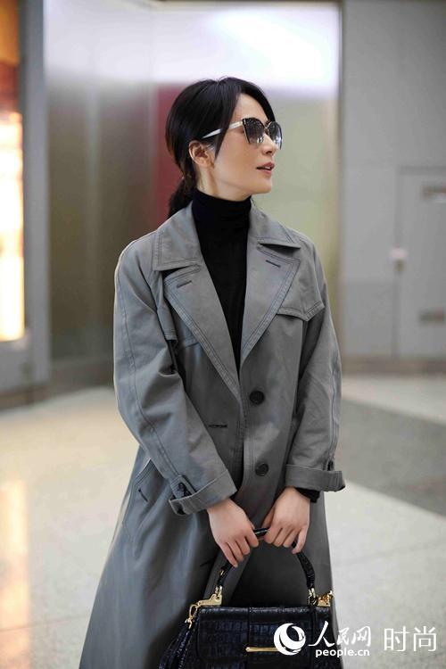 俞飞鸿现身机场 灰色风衣搭高领针织衫尽显好气质