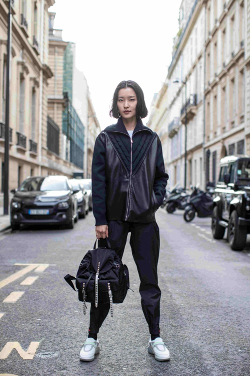 杜鹃身背Prada Black Nylon双肩背包现身巴黎街头