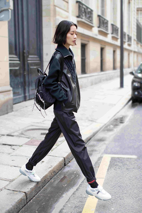 杜鵑身背Prada Black Nylon雙肩背包現身巴黎街頭