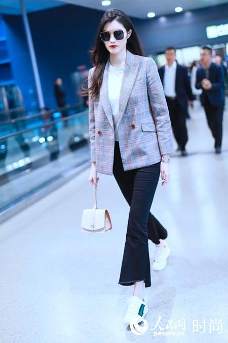 何穗以格纹西装搭配摩奈MOYNAT Madeleine浅粉色晚装手袋,精巧别致。