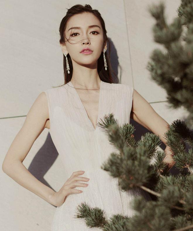Angelababy白裙亮相活动 凸显清丽气质早春时节刚刚明媚的天气中,baby这一身白色纱裙恰到好处,衬托出洁白的皮肤,过膝长的裙摆下是线条优美的小腿。
