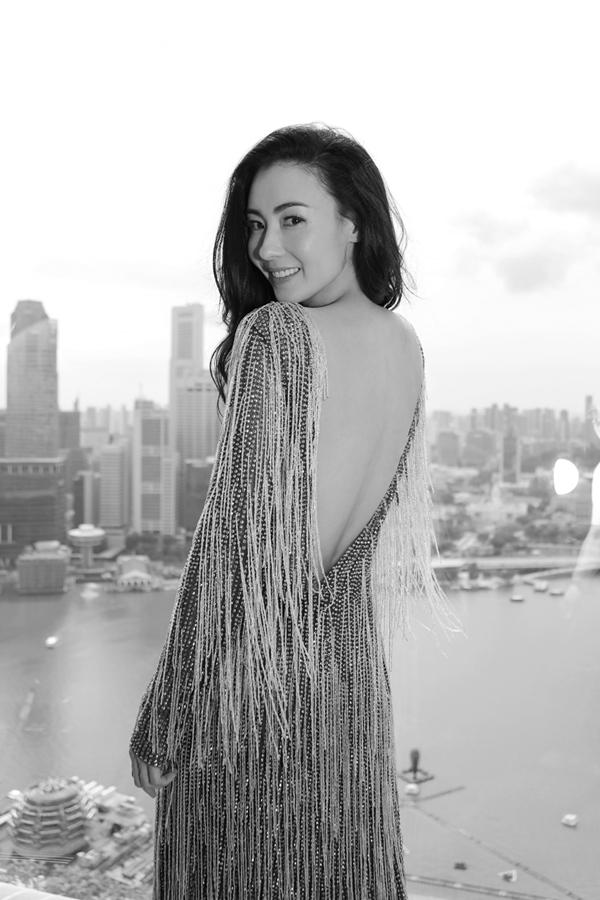 张柏芝颁奖典礼红毯压轴 回眸一笑美背尽显