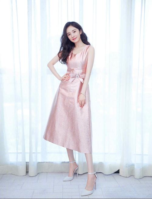 杨幂亮相《筑梦情缘》开播发布会 粉色礼服美过芭比【2】