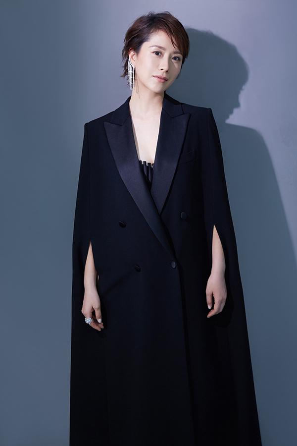 海清身穿MaxMara2019早秋黑色斗篷大衣 尽显优雅摩登风范