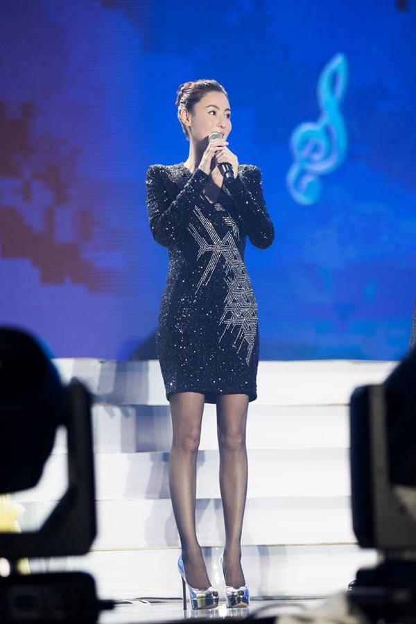 张柏芝黑色亮片裙大秀美腿 星星眼妆减龄丸子头美回18岁