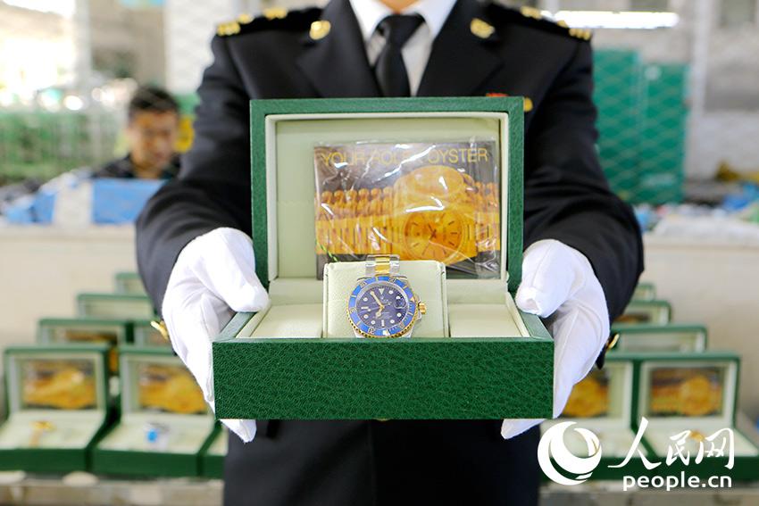 """大连邮局海关查获涉嫌侵权""""劳力士""""手表。(图片来源:大连海关)"""