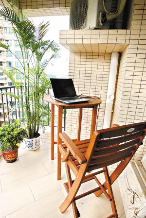 简单造型的实木桌凳,掩映在享受绿叶和阳光下悠闲的午后时光,放上一杯